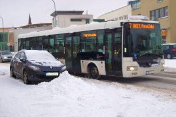 Sneženie skomplikovalo dopravu v Nitre aj na cestách v okolí.