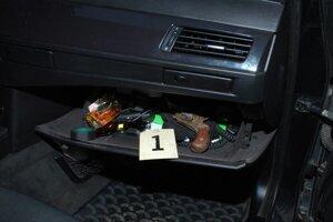 Zbraň sa našla v aute.
