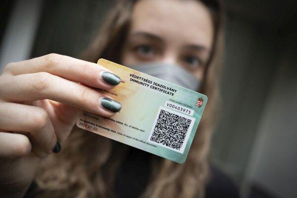 Pacientka ukazuje svoj očkovací preukaz proti ochoreniu Covid-19 v piatok 30. apríla 2021 v Budapešti.