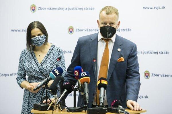 Ministerka spravodlivosti SR Mária Kolíková (vľavo) a predseda NR SR Boris Kollár počas tlačového brífingu po návšteve Ústavu na výkon väzby a Ústavu na výkon trestu odňatia slobody v Bratislave.