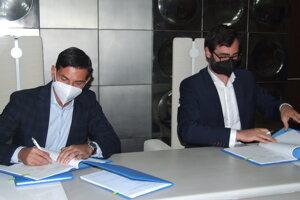 Primátor Marek Hattas (vpravo) a Radim Novák zo spoločnosti Transdev Morava dnes podpísali zmluvu.