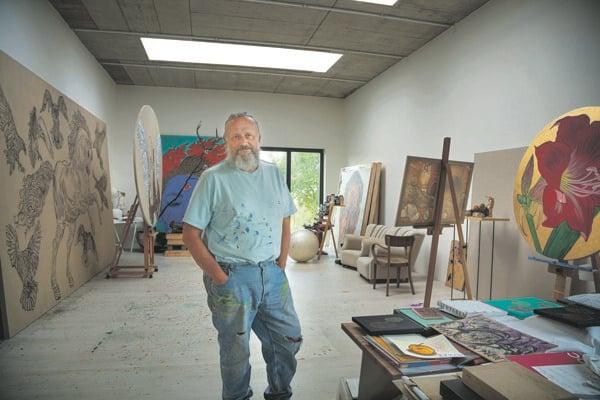 Výtvarník Laco Teren vo svojom ateliéri.