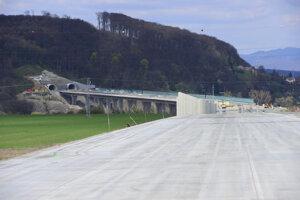 Takýchto svetlých betónových vozoviek namiesto asfaltovej bude na diaľničnom úseku D1 Prešov západ – Prešov juh viacero.