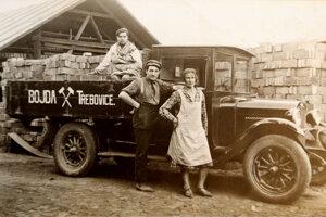 Bojda začínal ako autodopravca, na fotke z roku 1930.