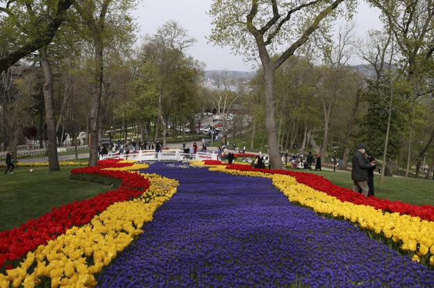 Rozkvitnuté tulipány v Emirgan Park v Istanbule.