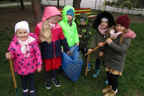 Deti ukázali dospelým ako treba upratať prírodu