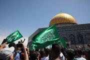 Protestujúci Palestínčania mávajú vlajkami Hamasu počas protestu pred mešitou al-Aksá.