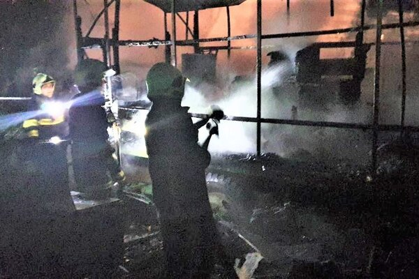 Dobrovoľní hasiči z Haliče v noci zasahovali pri požiari včelína