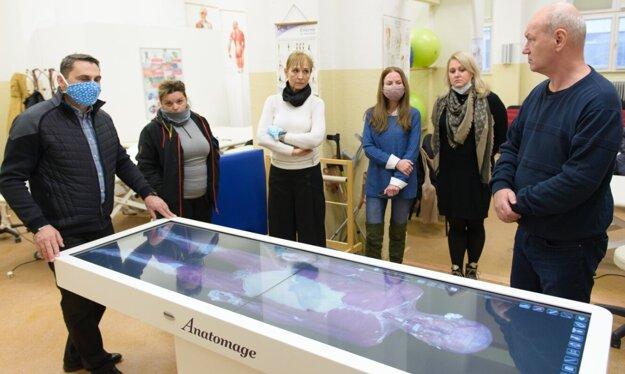 Nový prístroj Anatomage (virtuálny pitevný stôl).