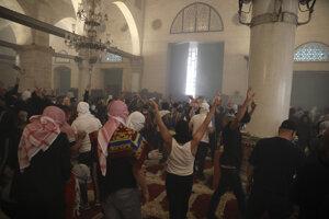 Palestínčania počas násilnej potýčky s izraelskou políciou v mešite al-Aksá.