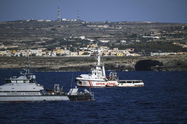 Loď Open Arms pri pobreží ostrova Lampedusa.