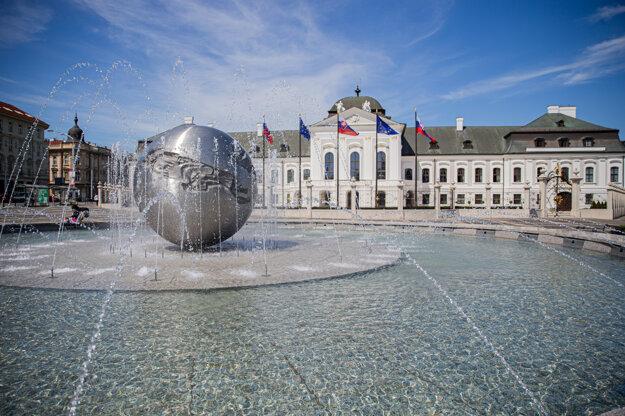 Ukončili rekonštrukciu fontány Planéta mieru na Hodžovom námestí.