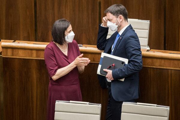 Ministerka spravodlivosti Mária Kolíková a premiér Eduard Heger počas mimoriadnej schôdze parlamentu.