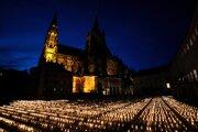 Každá sviečka je pamiatkou na jednu obeť pandémie.