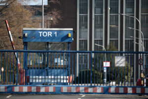 Nedostatok polovodičov prinútil viaceré automobilky obmedziť alebo dočasne odstaviť svoju výrobu. Na snímke zatvorená brána v závode Fordu v nemeckom Kolíne nad Rýnom.