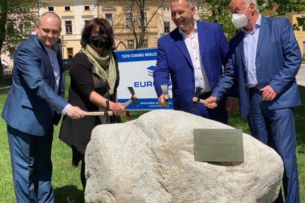Stredajšie slávnostné poklepanie základného kameňa na prestavbe Námestia Majstra Pavla v Levoči.