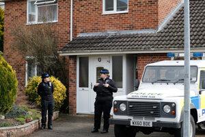 Polícia pri Skripaľovom dome.