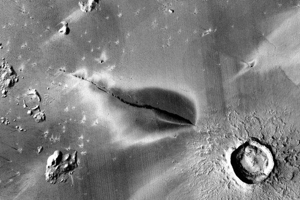 Nedávne vulkanické ložisko okolo pukliny v systéme Cerberus Fossae.