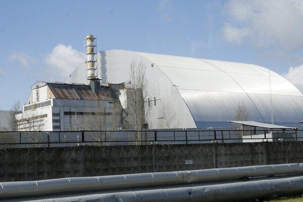 Betónový kryt zakrýva vybuchnutý reaktor v jadrovej elektrárni Černobyľ.