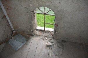 Páchateľ rozbil niekoľko okien.