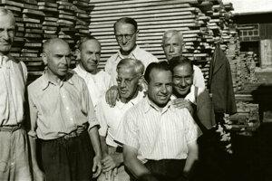 Vzácna fotografia deportovaného Alexandra Lörinca v lágri v Novákoch, v hornom rade prvý sprava.