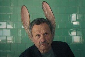 Muža s ušami hrá Miroslav Krobot.