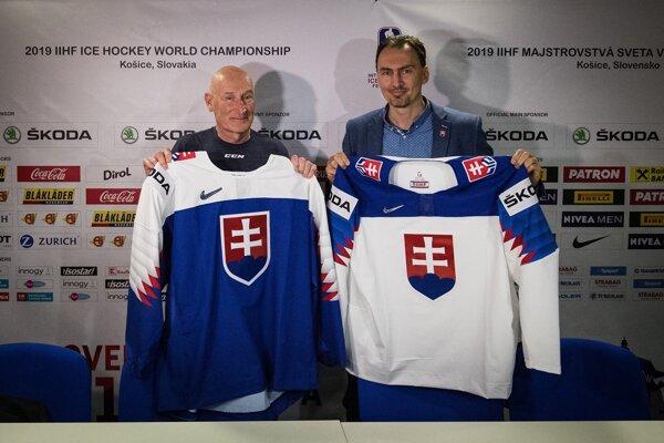 tréner Carig Ramsay a šéf zväzu Miroslav Šatan predstavovali v roku 2019 dresy už s prešitým logom hokejového zväzu