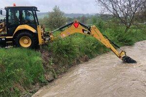 Prehlbovanie potoka v Oškerde.