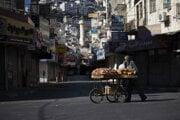 Palestínčan tlačí vozík s chlebom počas generálneho štrajku v meste Nablus na západnom brehu Jordánu.