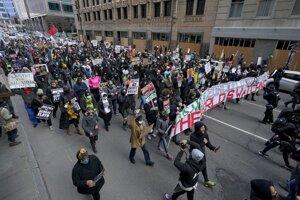Dav protestujúci pred súdom v Minneapolise.