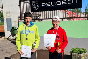 Vpravo Adam Solčan (TK Slávia SPU Nitra), víťaz dvojhry starších žiakov na majstrovstvách západoslovenskej oblasti.