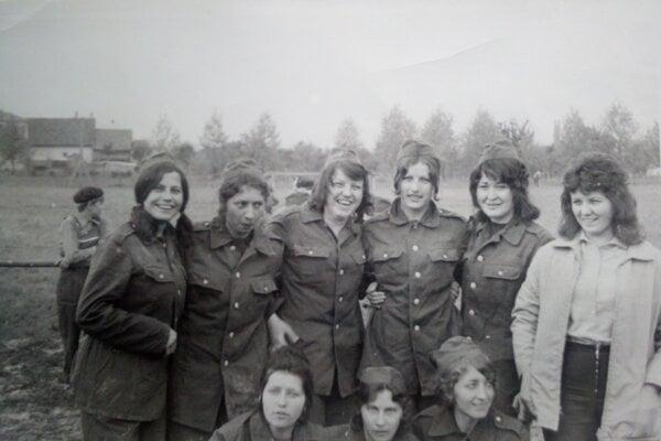 Mladé hasičky 80. roky.