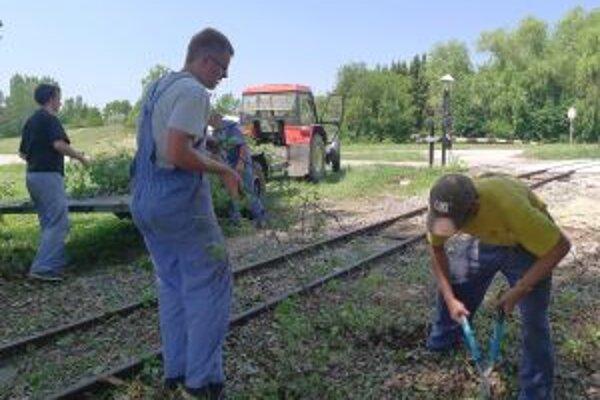 Brigádnici každoročne pomáhajú obnovovať Nitriansku poľnú železnicu i jej prodstredie.