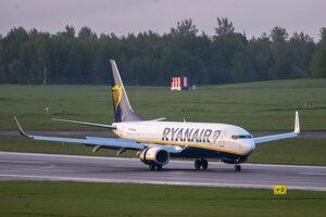 Lietadlo nízkonákladovej spoločnosti Ryanair s registračným číslom SP-RSM, ktoré cestovalo z Atén do Vilniusu, po bombovej hrozbe odklonili do Minska.
