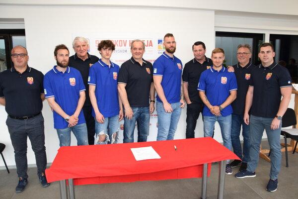 Nové vedenie a podpísaný hráči (na foto chýba Martin Kriška, ktorý bol odcestovaný).