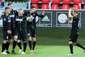 Futbalisti Zlatých Moraviec môžu korunovať svoju najlepšiu ligovú sezónu v histórii návratom do pohárovej Európy po 14 rokoch. Včera v semifinále play-off zdolali Trenčín 2:0 a vo finále si to rozdajú v priamej bitke v piatok o 19.00 h na pôde favorizovanej Žiliny.