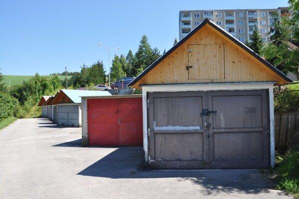 Prenosné garáže zaberajú viac miesta na parkovanie ako bežné státia.