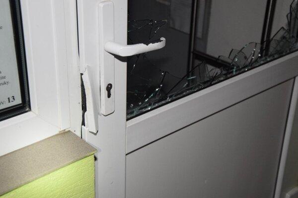 Muž rozbil sklo na dverách po tom, čo sa mu ich nepodarilo vypáčiť.