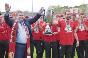 Prezident MFK Tatran Liptovský Mikuláš Milan Mikušiak s trofejou pre víťaza druhej ligy, spoločne s kapitánom mužstva Richardom Bartošom.