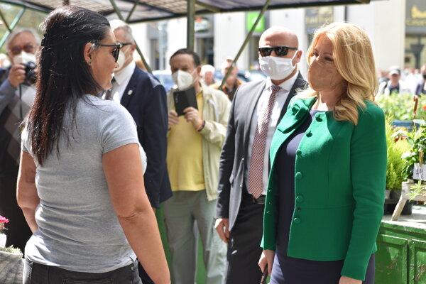 Na snímke prezidentka Zuzana Čaputová (vpravo) na stretnutí s opatrovateľkami počas výjazdu v Rimavskej Sobote.