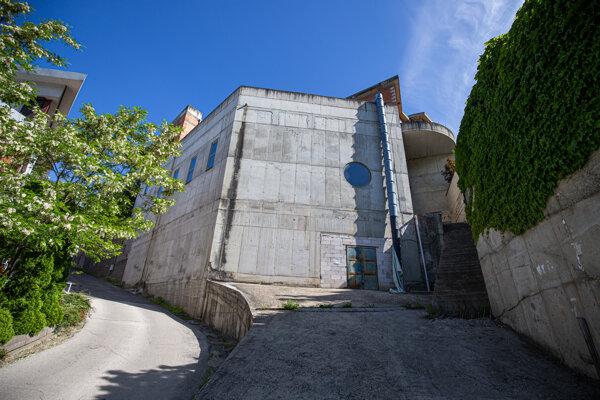 Vila má v niektorých miestach múry hrubé viac ako meter.