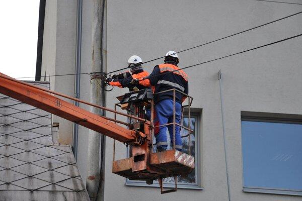 Zajtra budú v Mútnom kontrolovať elektrické vedenie, Mútňanov čaká odstávka.