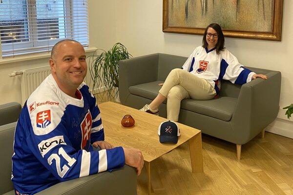 Veľvyslanec Slovenska vLotyšsku Ladislav Babčan anijeho manželka Andrea vsebe nezaprú športového ducha.