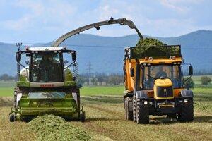 Farmári tvrdia, že syntetické hnojivá používajú z ekonomických dôvodov.