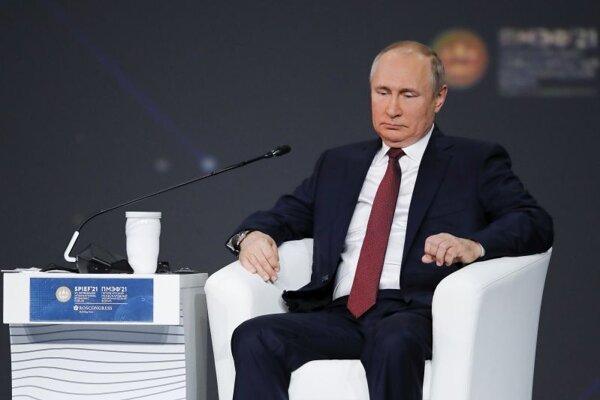 Ruský prezident Vladimir Putin počas vystúpenia na plenárnom zasadnutí Petrohradského medzinárodného ekonomického fóra.