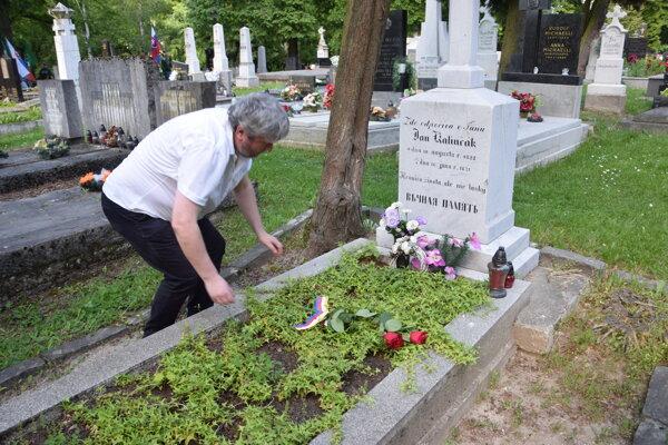 Predseda Rady národnej kultúry Peter Cabadaj položil kytičku kvetov na hrob Jána Kalinčiaka. Pietnou spomienkou na Národnom cintoríne sa začali oslavy 160. výročia prijatia Memoranda národa slovenského.Pokračovať budú v pondelok.