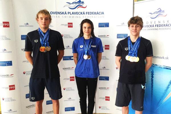 Zľava Tomáš Peciar, Laura Dema a Daniel van Wyk.