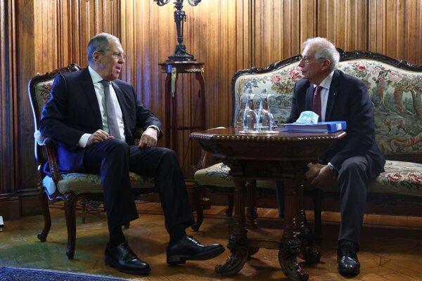 Šéf ruskej diplomacie Lavrov so šéfom diplomacie Únie Borrellom. Kto má za sebou väčšiu silu?