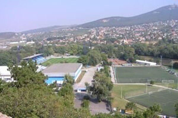 Areál futbalového štadióna v nitrianskom parku.