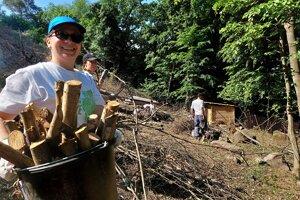 Dobrovoľníci pomáhajú upravovať chodník na hrad Šebeš pri Prešove a ohradu pre kozy.